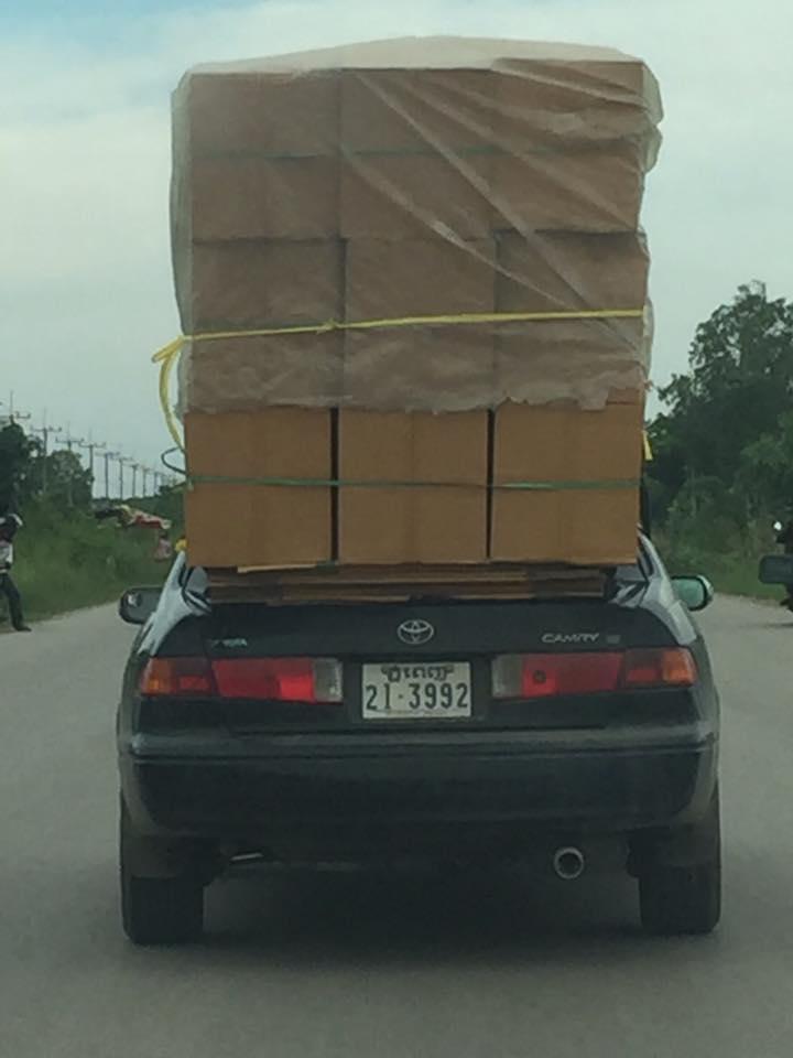 ระหว่างเดินทาง จะเห็นคนกัมพูชานิยมใช้รถยนต์ขนของ
