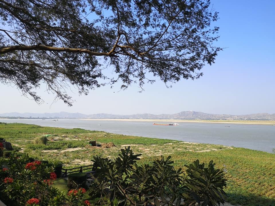 บรรยากาศด้านหลังโรงแรมติดแม่น้ำอิระวดี