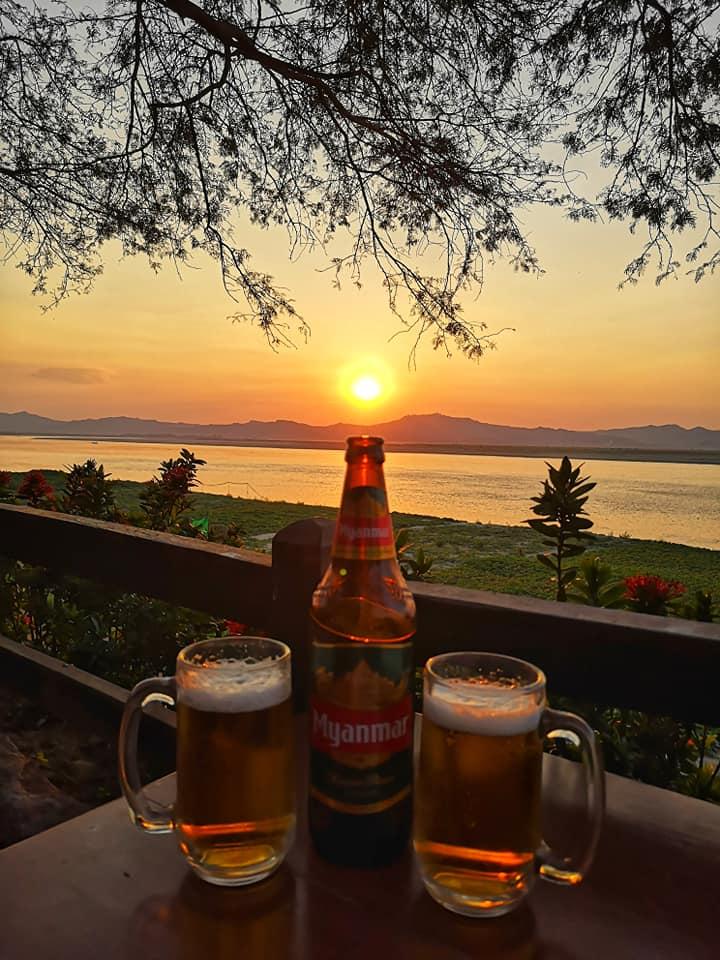 พระอาทิตย์ตกดินริมแม่น้ำอิระวดี
