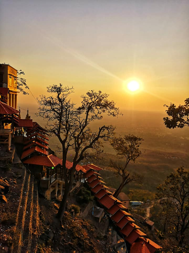 พระอาทิตย์ตกดินที่ Mount Popa