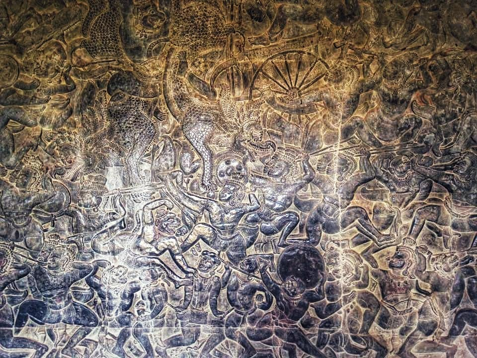 งานสลักหิน เหนืออื่นใดคือภาพเล่าวรรณคดี รามายณะ รูปแกะสลักที่มีชื่อที่สุดคือรูปเทวดากับอสูรกวนเกษียรสมุทรด้วยเขาพระสุเมรุ