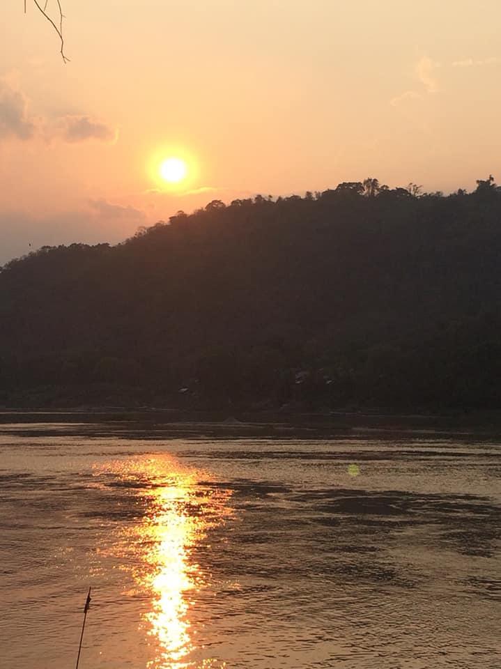 พระอาทิตย์ตกดินริมแม่น้ำโขง