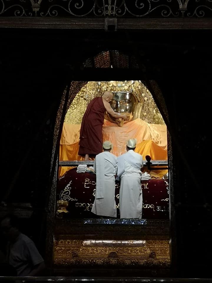 พิธีล้างพระพักต์พระมหามัยมุนีโดยท่านเจ้าอาวาส พระพุทธรูปพระมหามัยมุนี ได้รับการกล่าวขานว่าเป็นพระพุทธรูปมีชีวิต ตามตำนาน