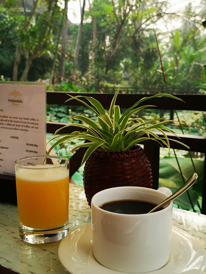 อาหารเช้าจะมีเมนูให้เลือก โดยพนักงานจะนำมาเสริฟถึงโต๊ะ สั่งได้ไม่จำกัด