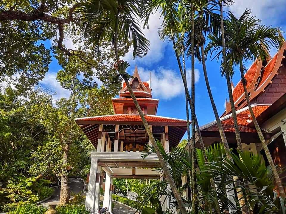 อาคารทรงไทยที่ตั้งเด่นอยู่บนยอดเขา