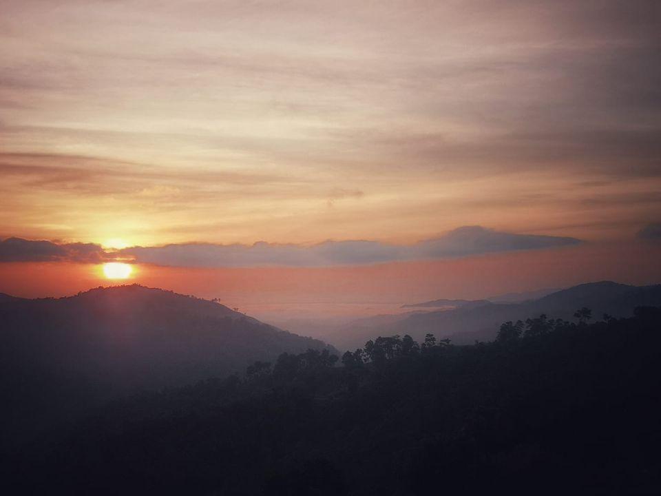ชมวิวพระอาทิตย์ขึ้นสวยๆ อากาศเย็นๆ และหมอกบางๆ  จากห้องพัก