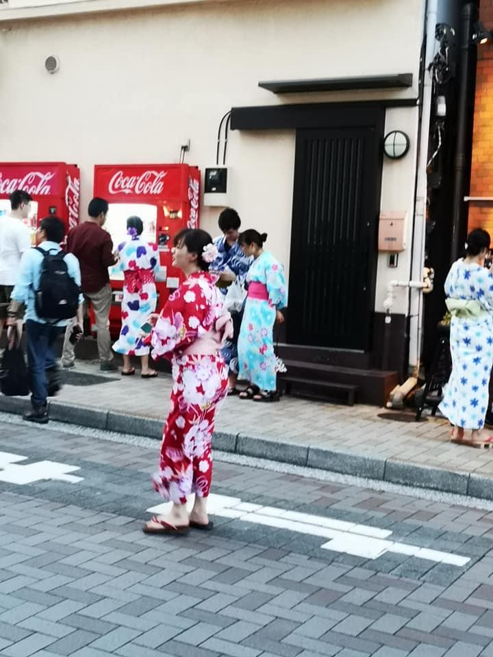วัยรุ่นแต่งกายสวยงามด้วยชุดกิโมโนยูกาตะ  เที่ยวเทศกาลดอกไม้ไฟ