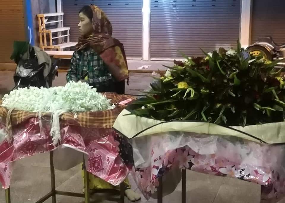 ซื้อดอกไม้สดด้านหน้าวัด เพื่อนำไปสักการะบูชาพระมหามัยมุนี