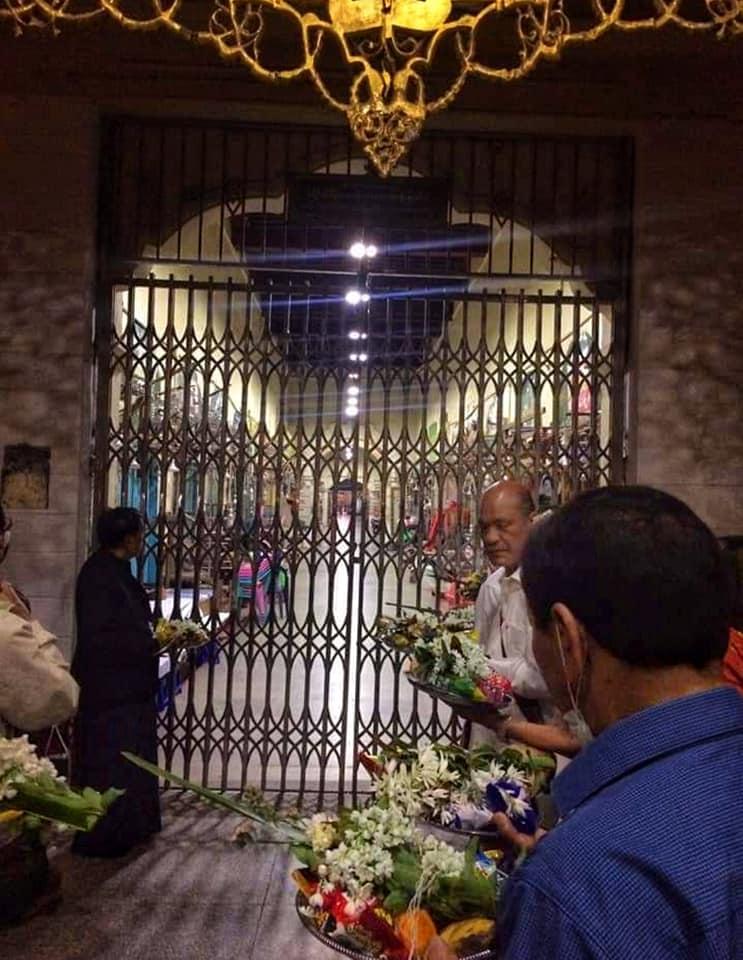ผู้คนมารอเข้าร่วมการทำพิธีล้างพระพักต์พระมหามัยมุนี