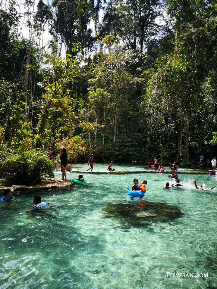 นักท่องเที่ยวลงเล่นน้ำ ป่าต้นน้ำบ้านน้ำราด