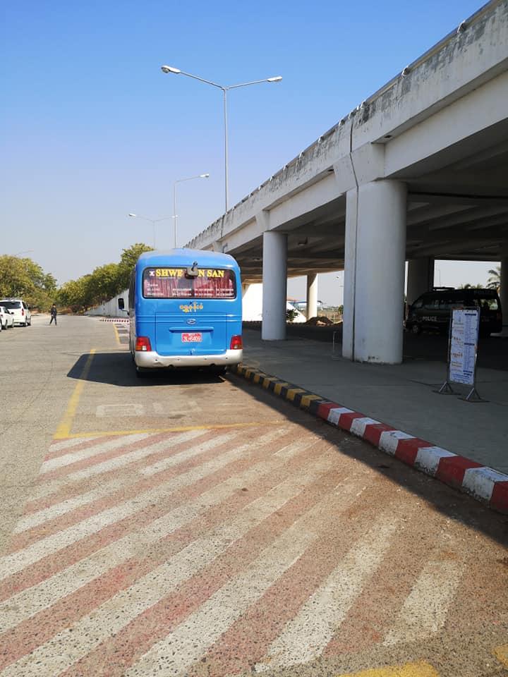 รถบัสจอดอยู่ด้านหน้าสนามบิน