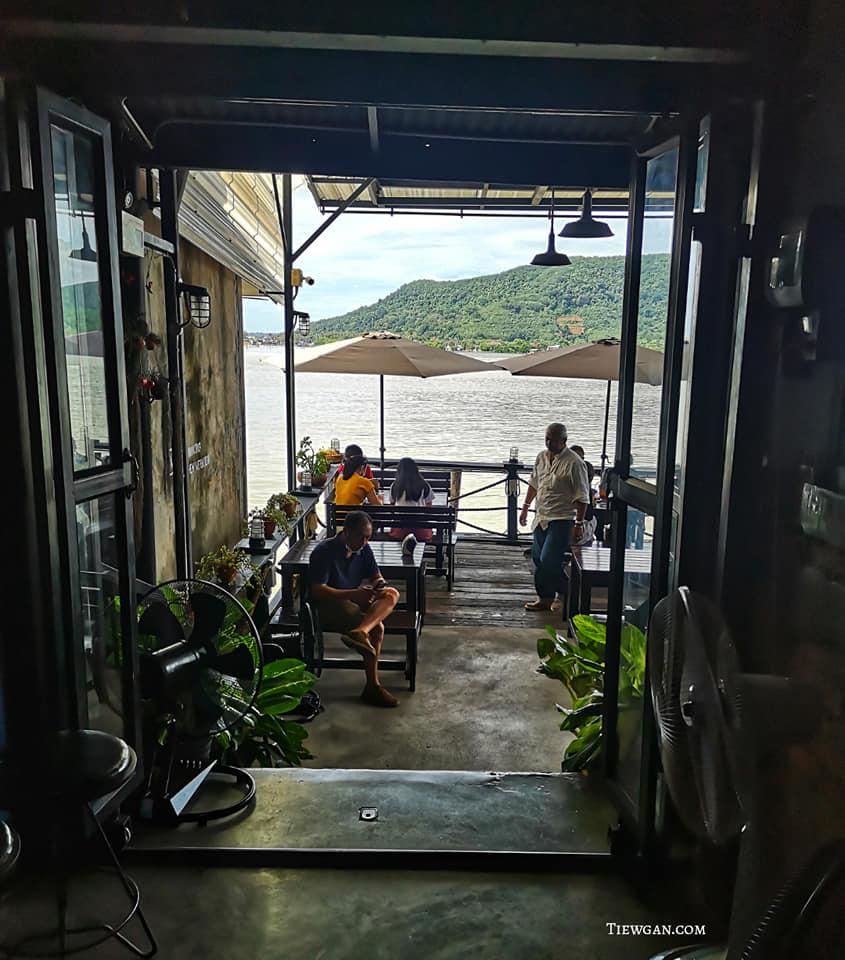 ร้าน Cafe De See พิกัด ถ.นครนอก  นั่งชมวิวทะเลสาบสงขลาสวยๆ บรรยากาศดี