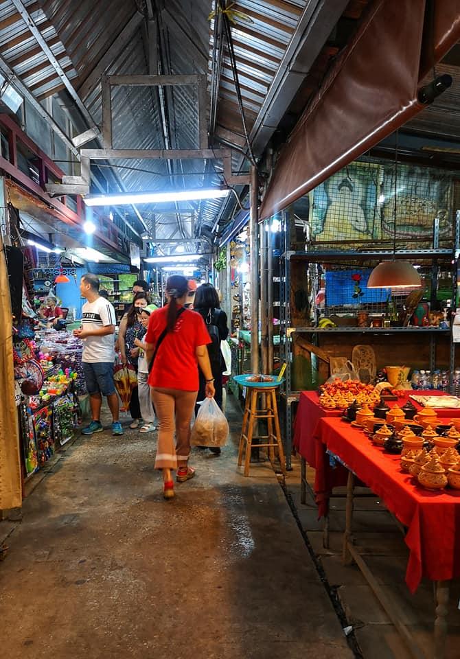ในตลาดเกาะเกร็ด มีสินค้าขายสองข้างทาง