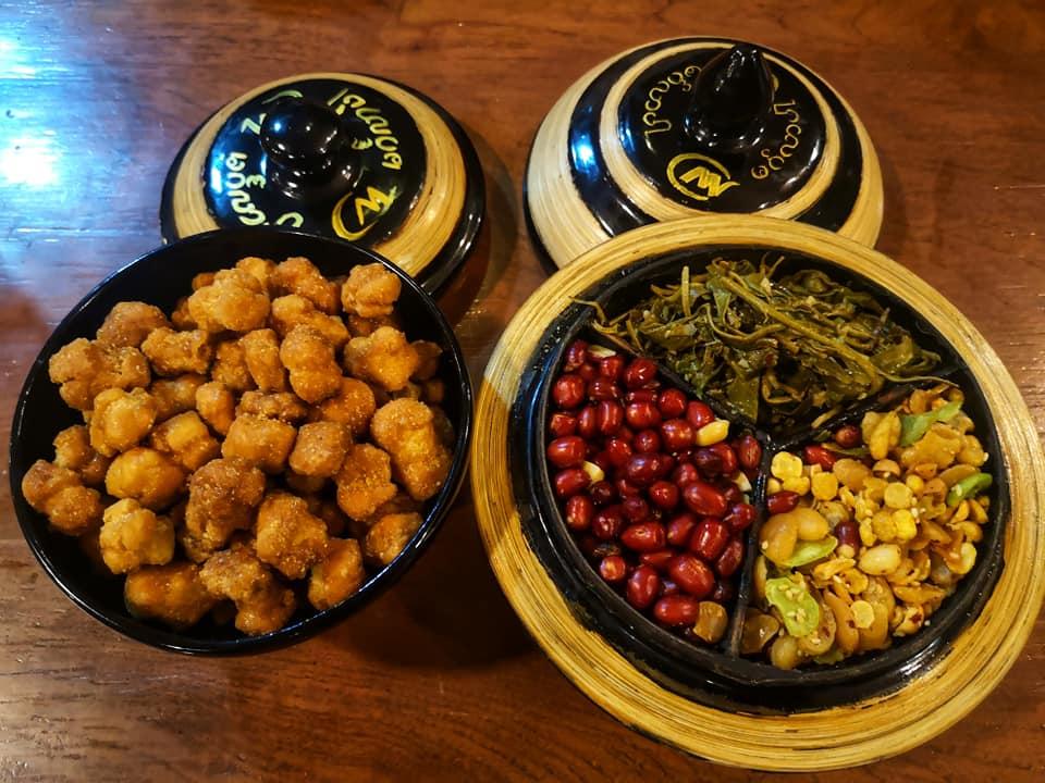 ขนมหวานพม่า และถั่ว หลังมื้ออาหารให้ฟรี
