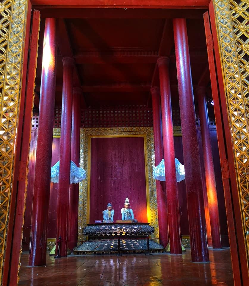 บางอาคารของพระราชวังมัณฑะเลย์เปิดประตูให้ชมได้จากภายนอก