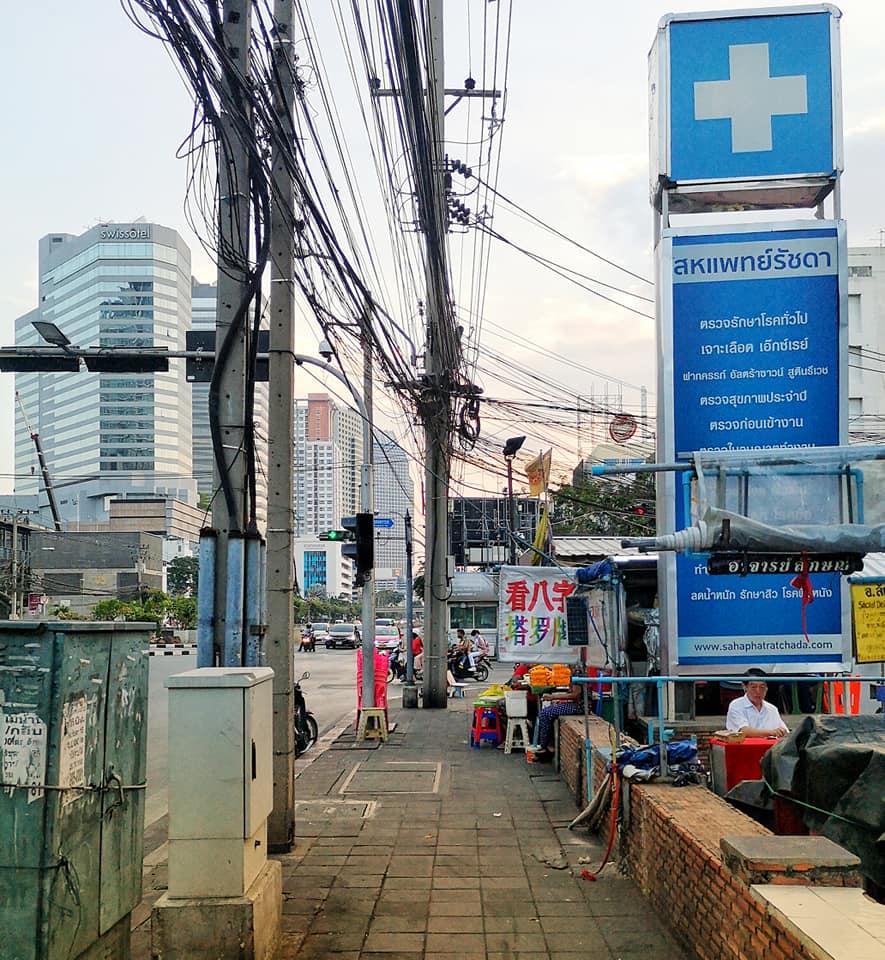 ขึ้นมาจากสถานีให้เลี้ยวขวาเดินตรงมาที่แยกห้วยขวาง ศาลพระพิฆเณศอยู่ด้านขวามือ