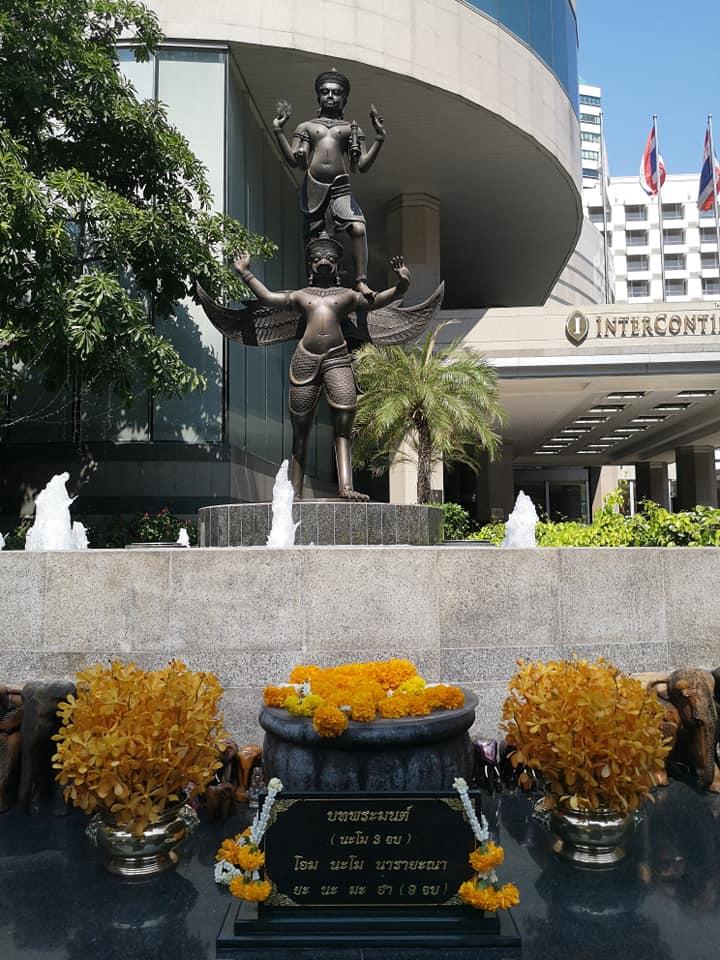 องค์เทวรูปพระนารายณ์ หรือพระวิษณุ ตั้งอยู่ด้านหน้าโรงแรม Intercontinental