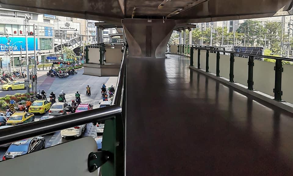ทางเชื่อมรถไฟฟ้าจากสถานีอโศก เลี้ยวซ้ายมือเข้าอาคารอินเตอร์เชนจ์