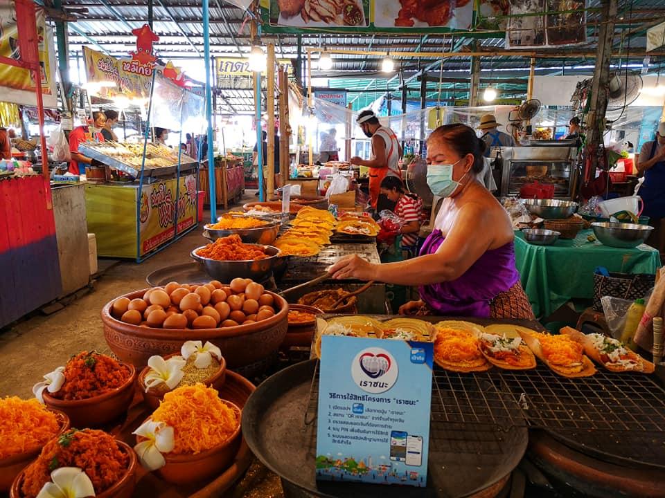 ร้านนี้นอกจากขนมเบื้องชิ้นใหญ่แล้ว แม่ค้าก็แต่งตัวเป็นเอกลักษณ์ความเป็นไทย