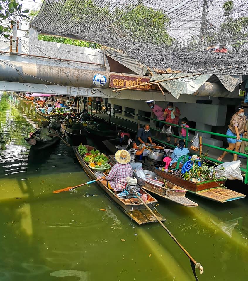 เสน่ห์ของตลาดน้ำ คือชาวบ้านพายเรือมาขายซึ่งเป็นสินค้าจากสวนของชาวบ้านเอง