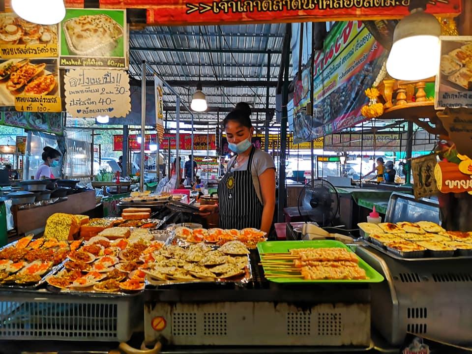 ที่ตลาดน้ำคลองลัดมะยม มีขายอาหารหลากหลายประเภท