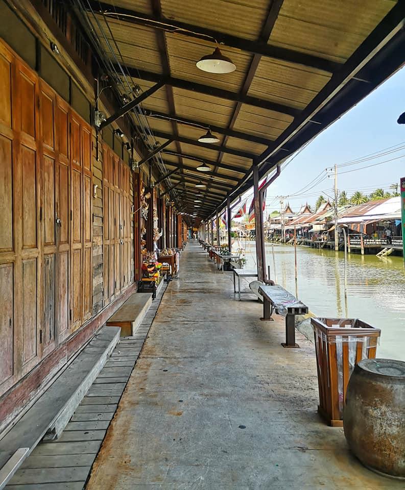เนื่องจากสถานการณ์โรคโควิด ทำให้นักท่องเที่ยวน้อย ถือเป็นช่วงเวลาที่ดีมากที่ควรมาเที่ยวตลาดน้ำอัมพวา