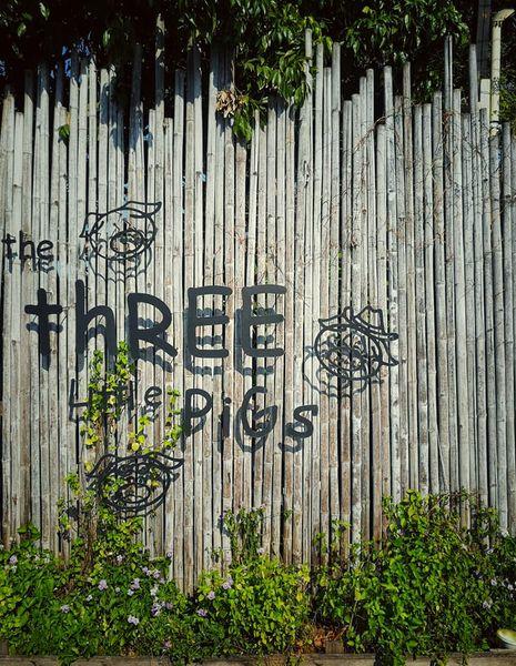 ป้ายหน้าร้าน The Three Little Pigs Farm